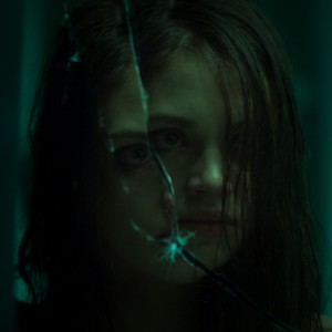 Look Away - Eine Schülerin geht im deutschen Trailer auf Rachefeldzug