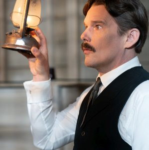 Tesla - Unsere Kritik zum etwas anderen Biopic mit Ethan Hawke
