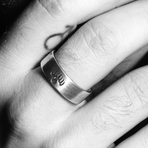 Sam Smith (mit Ring)